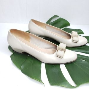 Ferragamo Cream Vera Bow Pumps Size 8.5 2A